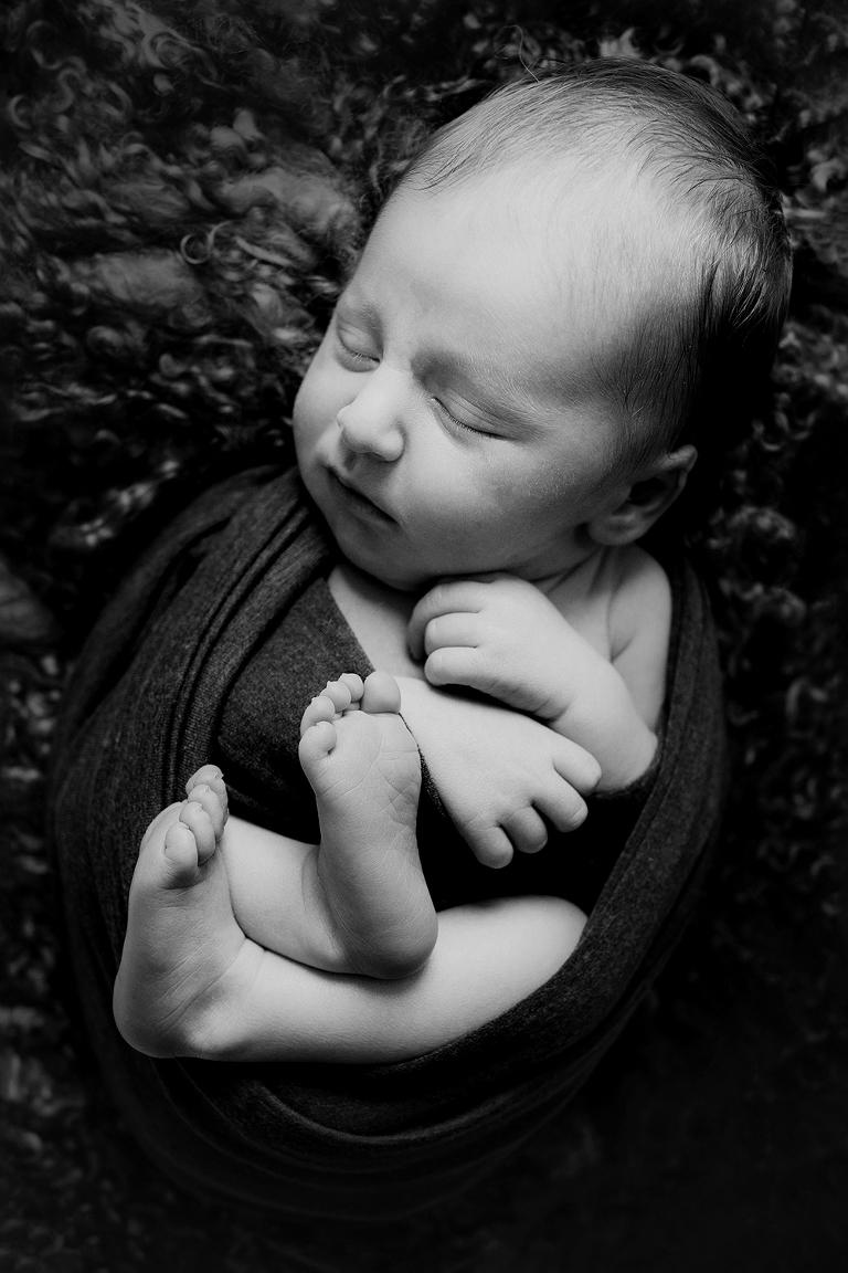 Photographie d'un nouveau-né emmailloté