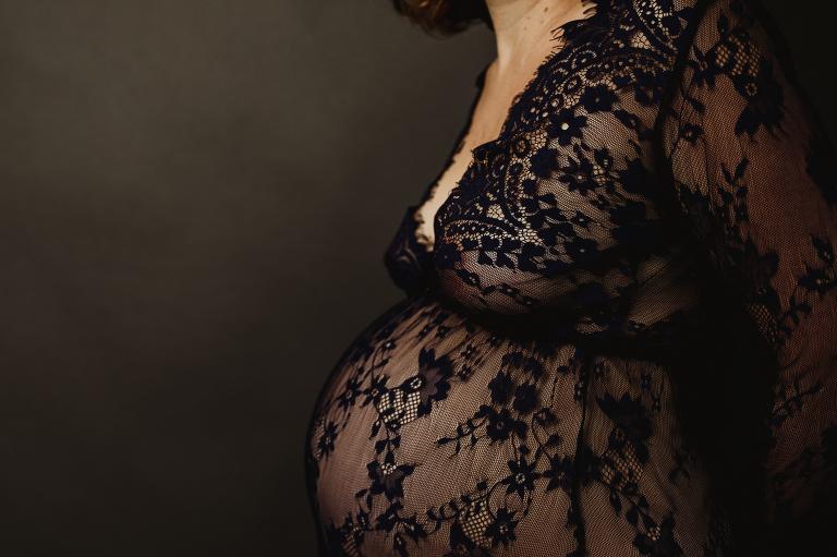 Photo femme enceinte avec robe dentelle