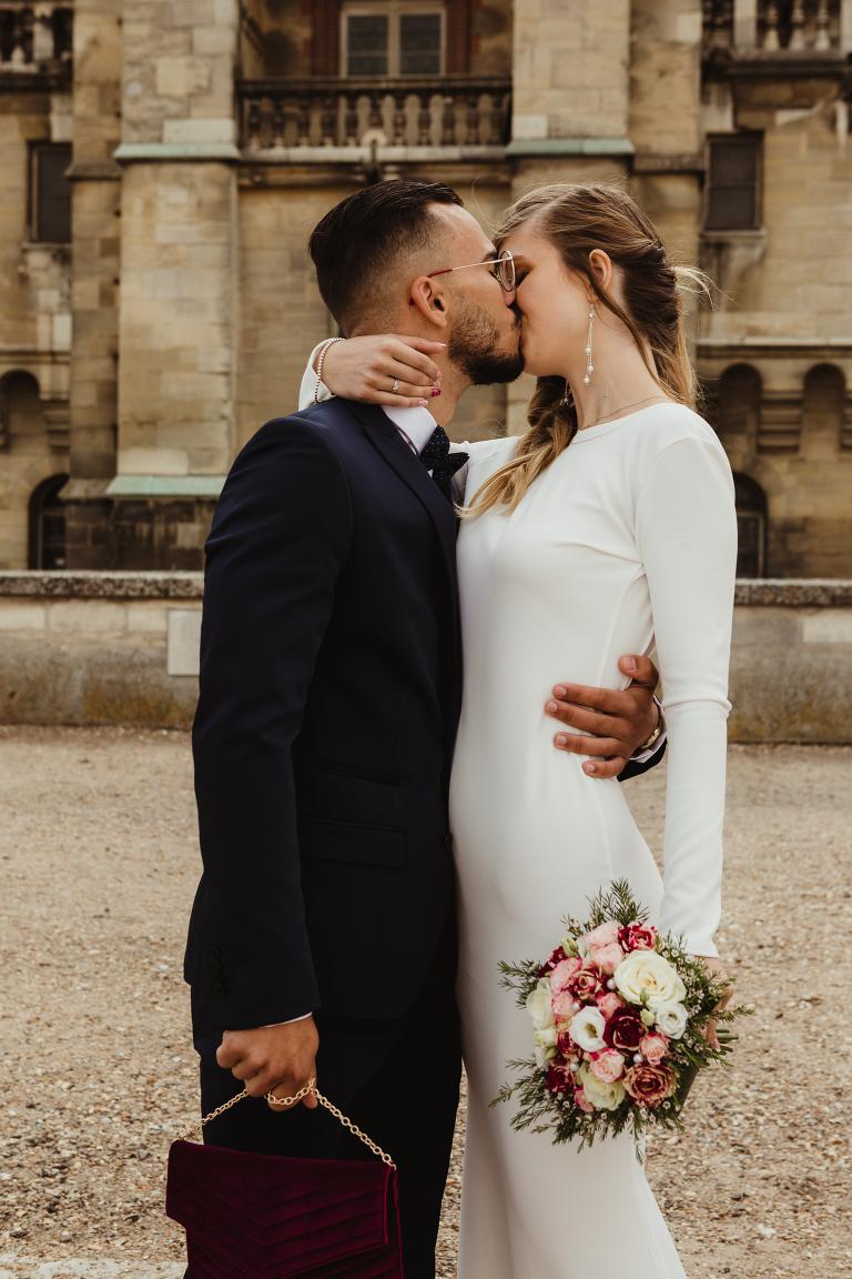 Photo de mariés qui s'embrassent